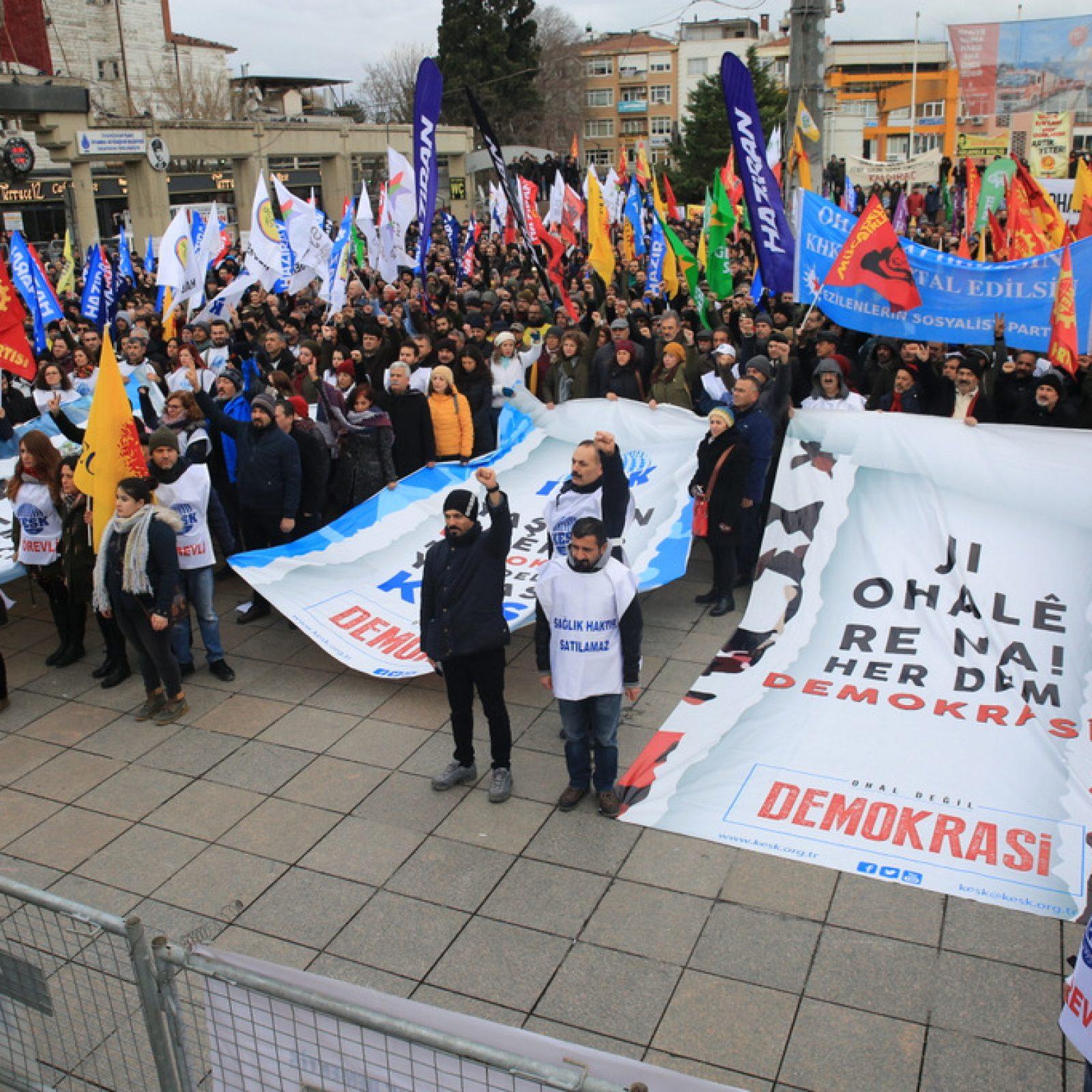Binler 'OHAL Değil Demokrasi' Mitingi'nde Buluştu!