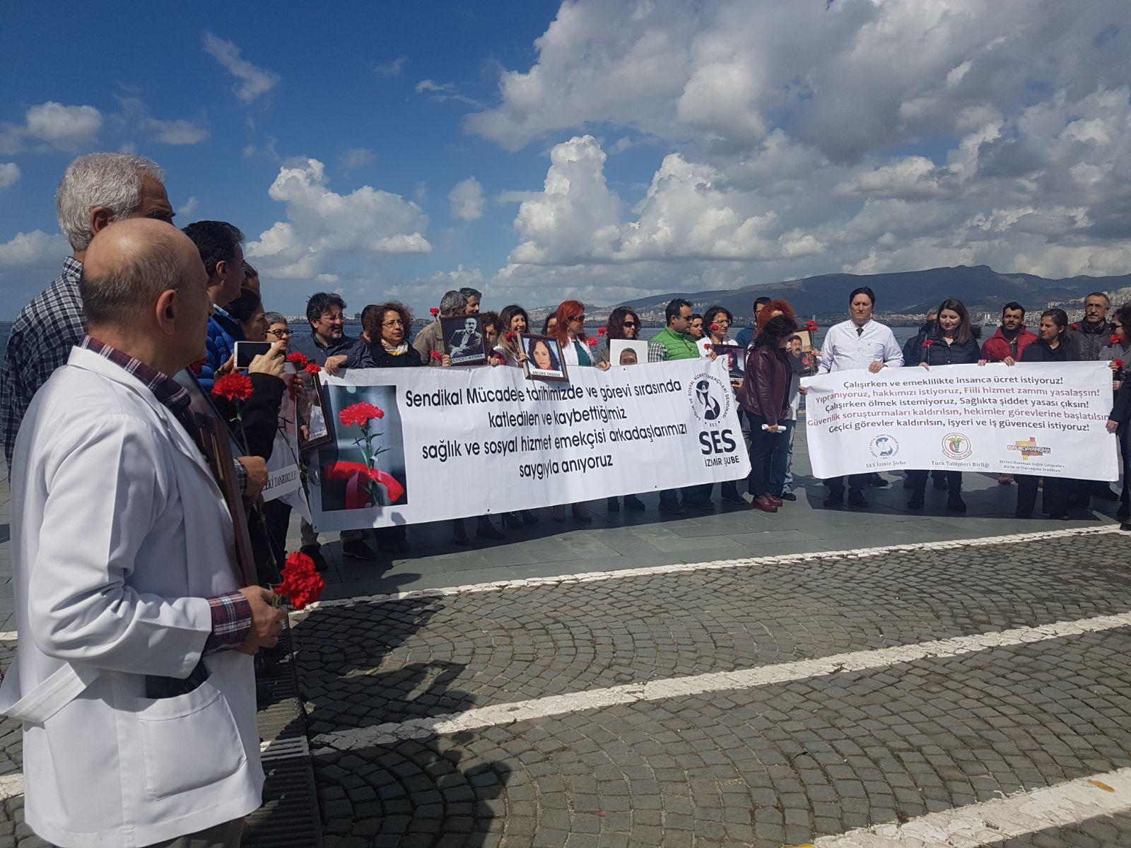 İzmir Şubemiz Katledilen ve Kaybettiğimiz Sağlık ve Sosyal Hizmet Emekçilerini Denize Karanfil Bırakarak Andı