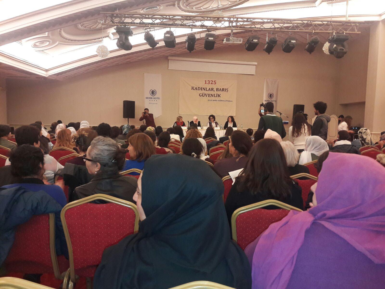 """Diyarbakır'da """"Kadın, Barış ve Güvenlik"""" Paneli Düzenlendi"""