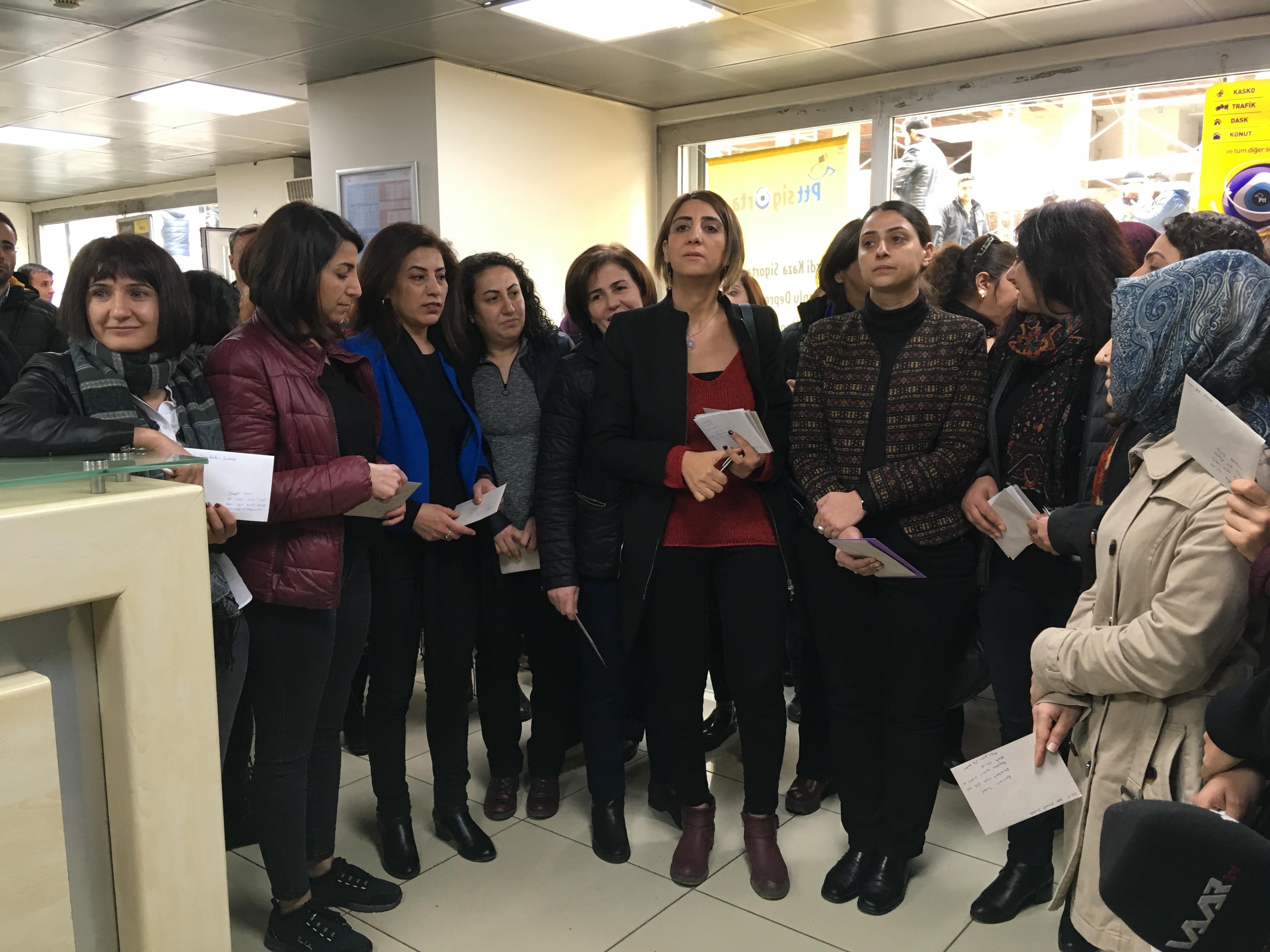 Diyarbakır'da Tutsak Kadınlara Kart Gönderildi