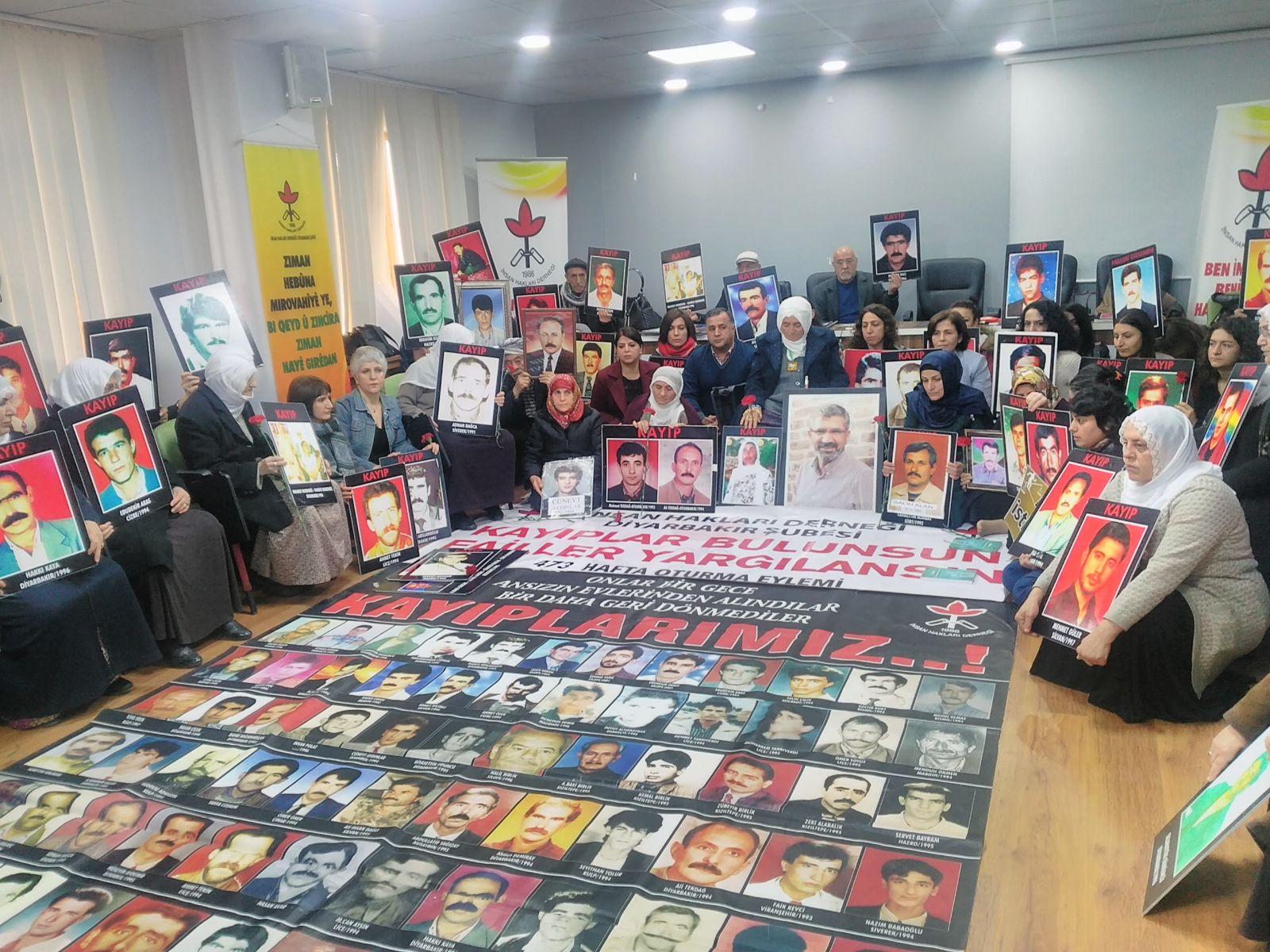 """Diyarbakır'da Kadınlar """"Kayıplar Bulunsun Failler Yargılansın"""" oturma eylemine katıldı."""