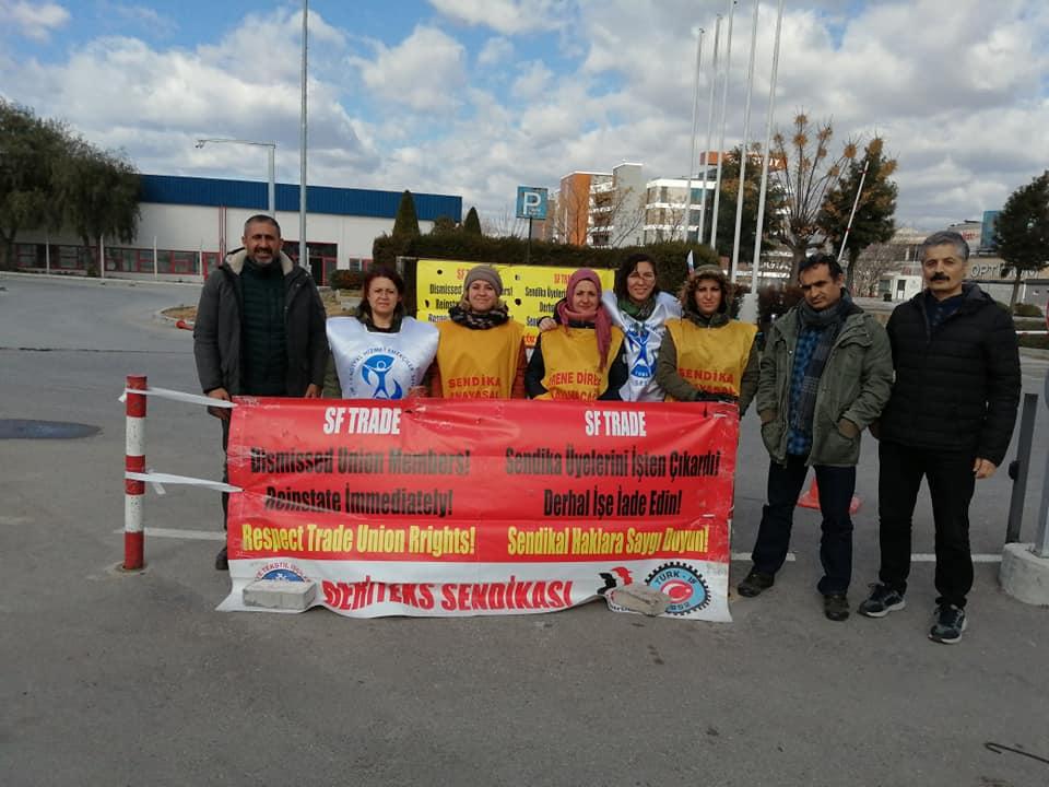 İzmir Şubemiz 107 Gündür Direnen SF Trade İşçisi Kadınları Ziyaret Etti