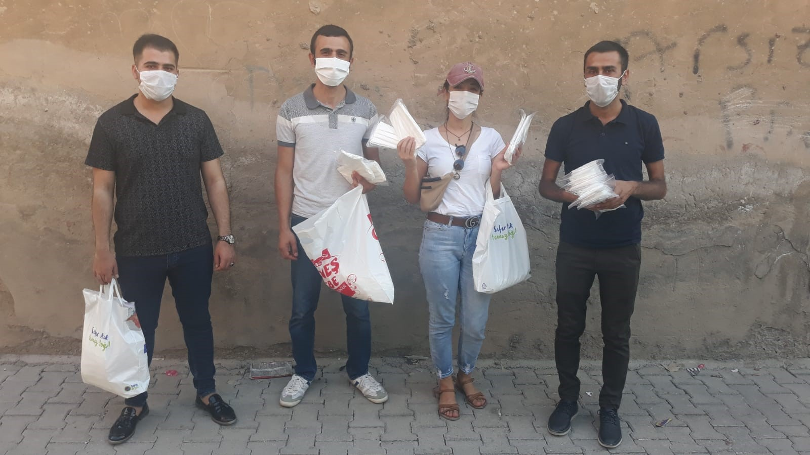 Sağlık Emekçileri Cizre'de Halka Maske Dağıttı