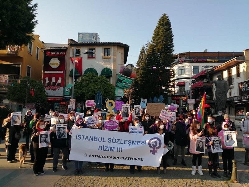 Kadınlar Eylemlerine Devam Ediyor: İstanbul Sözleşmesi'nden Vazgeçmiyoruz